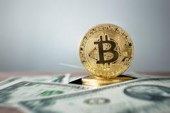 与USD的金黄bitcoin硬币-美国Dolla rcrypto货币backgro 免版税库存照片