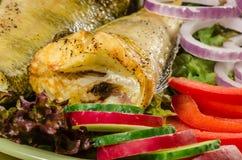与vegatables的被烘烤的美洲河鲱在盘 免版税图库摄影