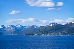 与Vestnes村庄的Romsdalfjord  免版税库存照片