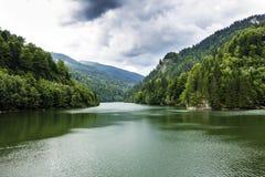 与Vidraru湖,罗马尼亚的风景 免版税库存照片
