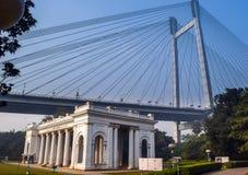 与Vidyasagar Setu桥梁的詹姆斯Prinsep纪念碑在背景中 图库摄影