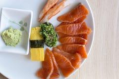 与wasabhi的生鱼片在白色圆盘的三文鱼和寿司 免版税库存照片