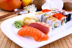 与wasabi、果子和筷子的开胃寿司 免版税库存照片