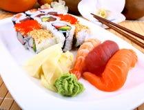 与wasabi和筷子的开胃寿司 免版税库存照片