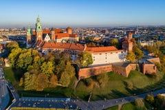 与Wawel城堡和大教堂的克拉科夫地平线在秋天 免版税图库摄影