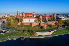与Wawel城堡和大教堂的克拉科夫地平线秋天的 图库摄影