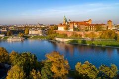 与Wawel城堡和大教堂的克拉科夫地平线秋天的 免版税库存照片