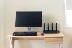 与wifi路由器和计算机的办公室桌 库存照片