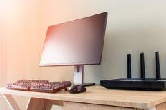 与wifi路由器和计算机的办公室桌 免版税库存照片