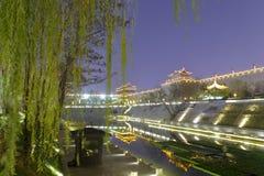 与xian circumvallation夜视域的杨柳的Beaitiful护城河 免版税图库摄影