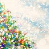 与Xmas树、雪和闪闪发光的圣诞节背景 库存图片