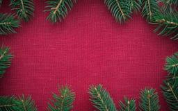 与xmas树的框架在红色帆布背景 圣诞快乐看板卡 免版税库存图片