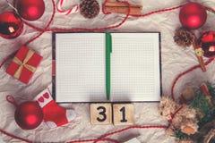 与xmas装饰的笔记薄 圣诞节的准备 免版税库存图片