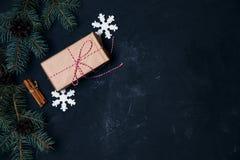 与xmas装饰礼物盒球的黑暗的圣诞节背景 免版税库存照片