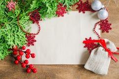 与xmas装饰,在木背景的空白的明信片的圣诞节背景 复制空间 快活的圣诞节 库存照片
