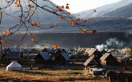 与yurt的木小屋 免版税库存图片