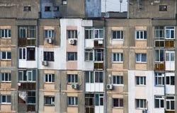 丑恶的公寓单元从少数民族居住区的门面 库存图片