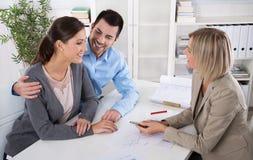 专业业务会议:作为顾客的年轻夫妇和  免版税图库摄影