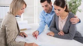 专业业务会议:作为顾客的年轻夫妇和  库存照片