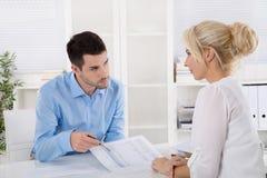 专业业务会议:分析fi的顾客和advicer 库存图片
