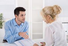 专业业务会议:分析fi的顾客和advicer 免版税库存照片