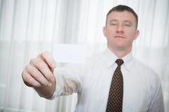 年轻专业举行的名片 免版税库存照片