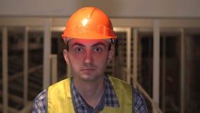 专业人在工作,建筑师画象有安全帽的在建造场所 影视素材