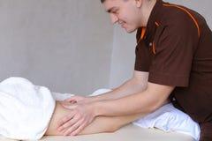 专业人按摩治疗师用手做反脂肪团 图库摄影