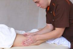 专业人按摩治疗师用手做反脂肪团 免版税库存图片