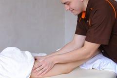 专业人按摩治疗师用手做反脂肪团 库存图片