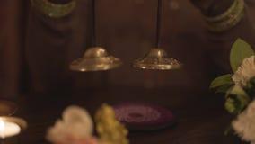 专业使用与小西藏碗音乐响铃的ayurveda医治用的瑜伽凝思佛教宗教辅导员 影视素材