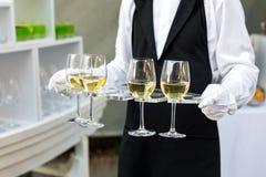 专业侍者的中央部位一致的服务酒的在自助餐承办酒席党、欢乐事件或者婚礼期间 充分 库存照片