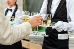 专业侍者的中央部位一致的服务酒的在自助餐承办酒席党、欢乐事件或者婚礼期间 充分 图库摄影