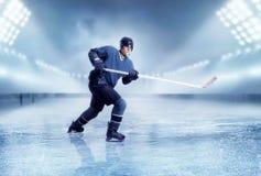 专业冰球球员射击 免版税图库摄影