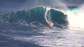 专业冲浪者乘驾在华美的4k海洋海景执行飞溅特技大土耳其玉色泡沫冲浪的波浪 股票视频