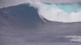 专业冲浪者乘驾在大飞溅在使的土耳其玉色泡沫冲浪的波浪执行特技4k海洋海景震惊 股票录像