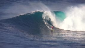 专业冲浪者乘驾在美妙的4k海洋海景执行飞溅特技大土耳其玉色泡沫冲浪的波浪 影视素材