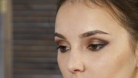 专业化妆师在客户面孔做眼睛构成 秀丽时装业 股票录像