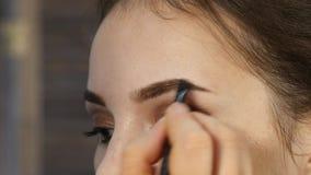 专业化妆师在客户面孔做眼睛构成 秀丽时装业 影视素材