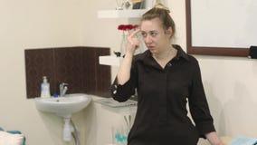 专业化妆师教构成技术在的masterclass 有一个标志的少妇在她的手上 股票视频