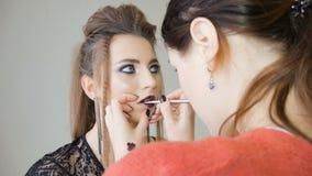 专业化妆师申请构成于一个美好的模型 红色唇膏的颜色 影视素材