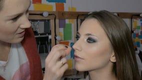 专业化妆师申请构成于一个美好的模型 颜色眼睛 股票录像