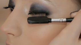 专业化妆师申请构成于一个美好的模型 颜色眼睛 股票视频