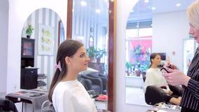 专业化妆师申请脸红对模型的构成 股票录像