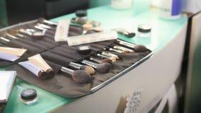 专业化妆用品构成掠过在美容院的成套工具 股票录像