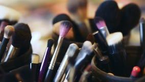 专业化妆用品构成特写镜头掠过在行动的成套工具 股票录像