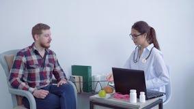 专业医生营养师问候握手客户人和推荐健康的膳食补充剂和健康 影视素材