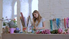 专业卖花人与花一起使用在演播室 影视素材