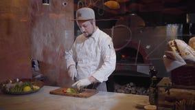 专业厨师准备切在一个木厨房板的菜一个可口盘  食家烹调概念 股票视频