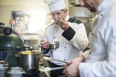 专业厨师在工作 免版税库存照片